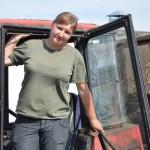 Лето, трактор, девушка