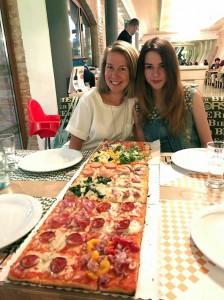 В итальянском городе Падуя есть пиццерия, где пиццу продают  метрами
