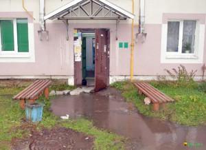 В дождь выйти из подъезда нелегко, особенно пожилым