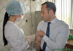 Одним из первых прививку от гриппа сделал главный государственный санитарный врач Глусского района Тимур Рязанов